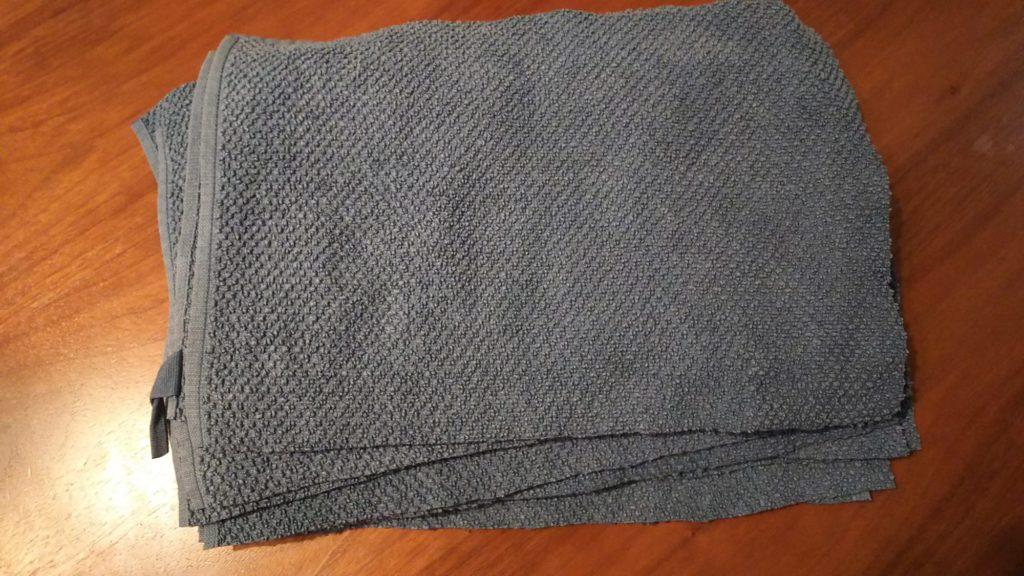 使い古しのバスタオルを切った雑巾