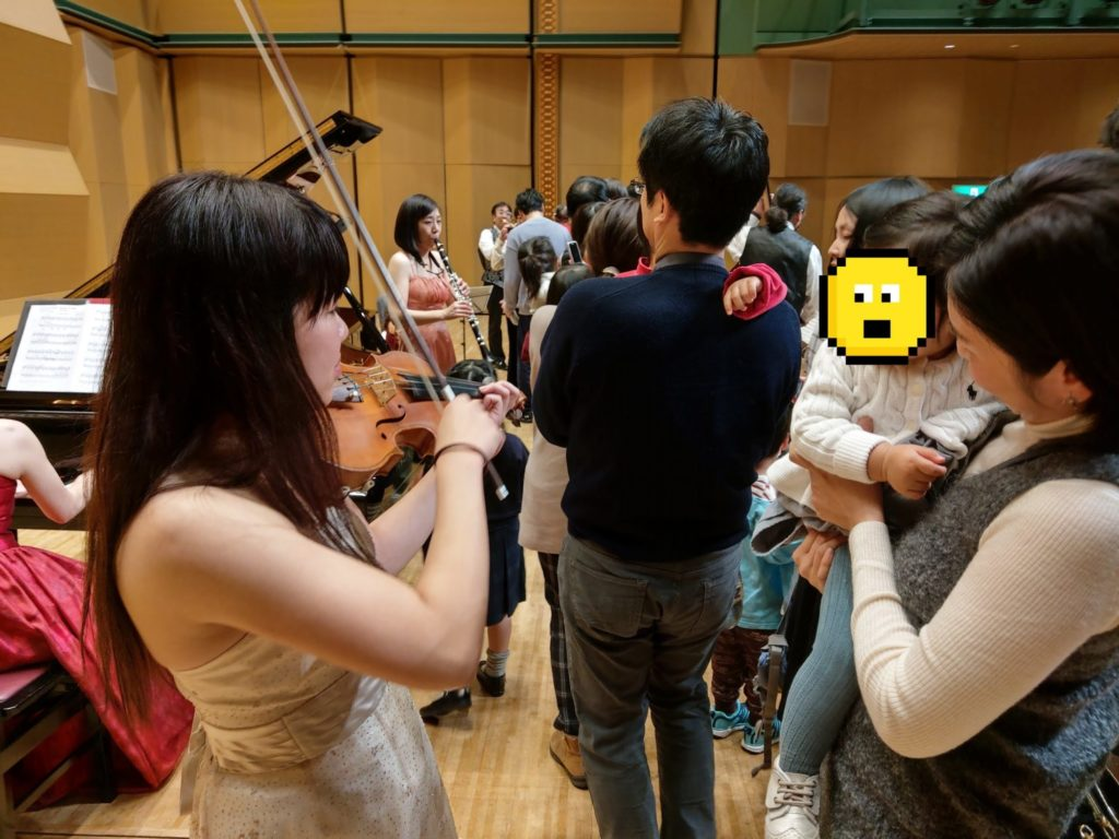 バイオリンに興味津々